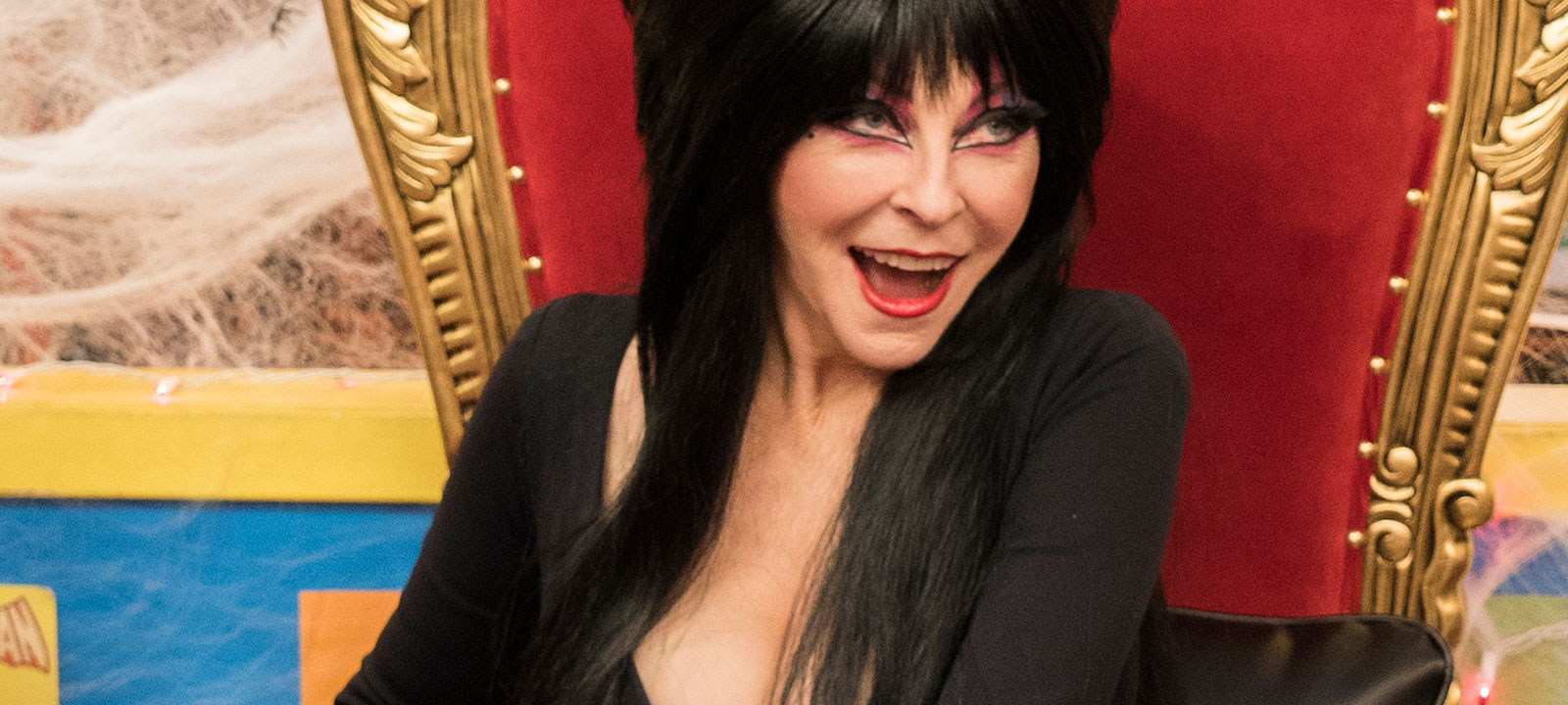 comic-book-men-cassandra-peterson-elvira-800×600
