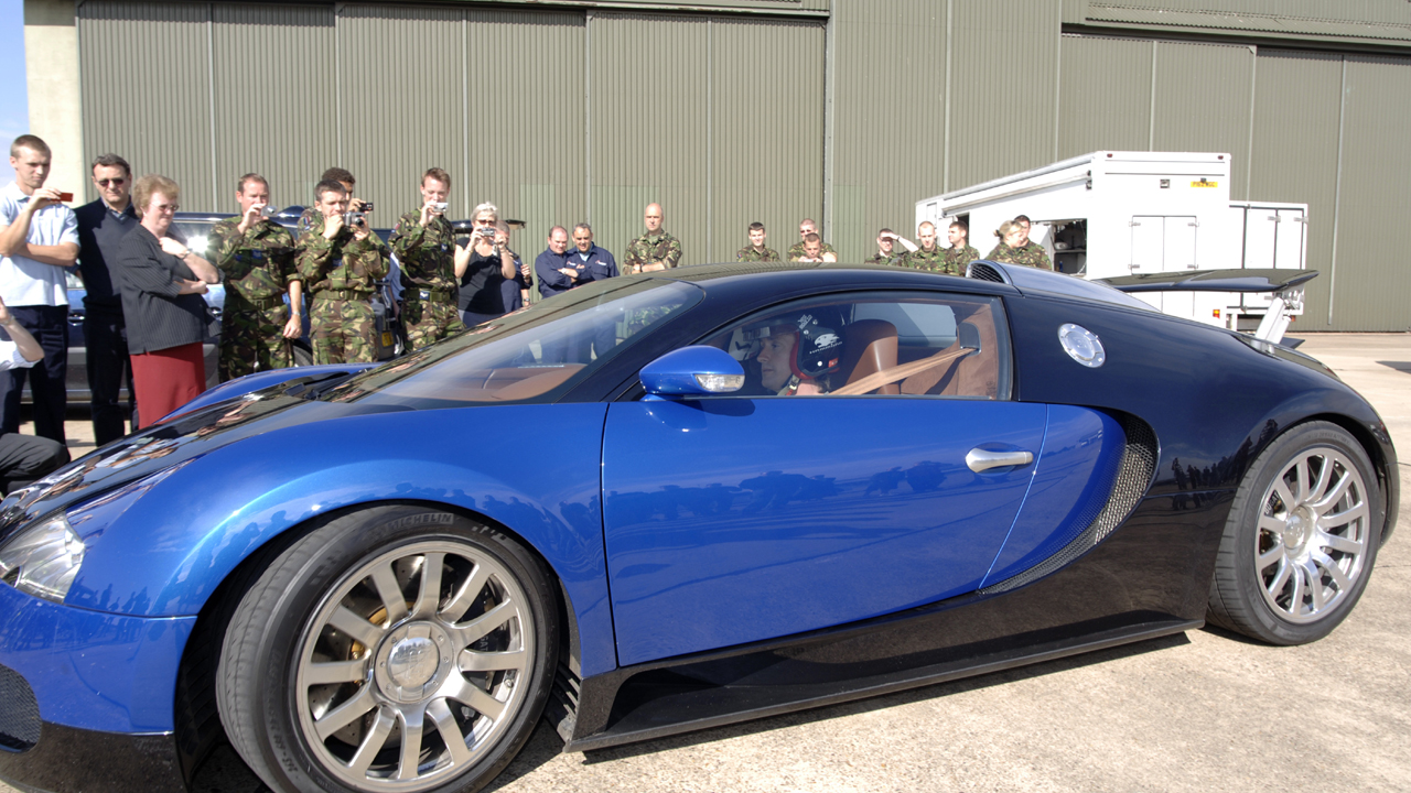 Richard in the Veyron draws a crowd.