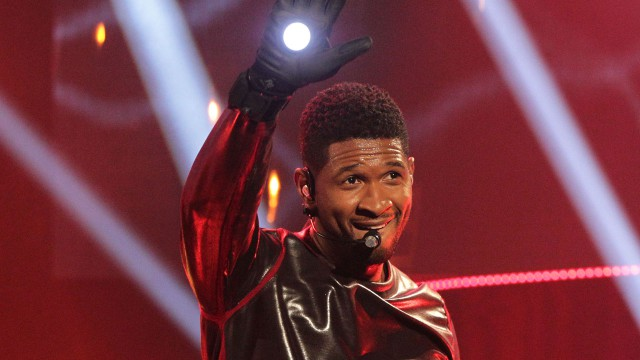 R&B sensation Usher waves to the audience.