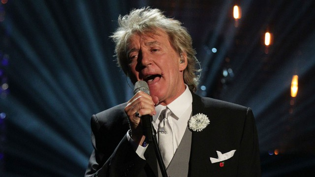 Rod Stewart brings some holiday cheer to the stage!