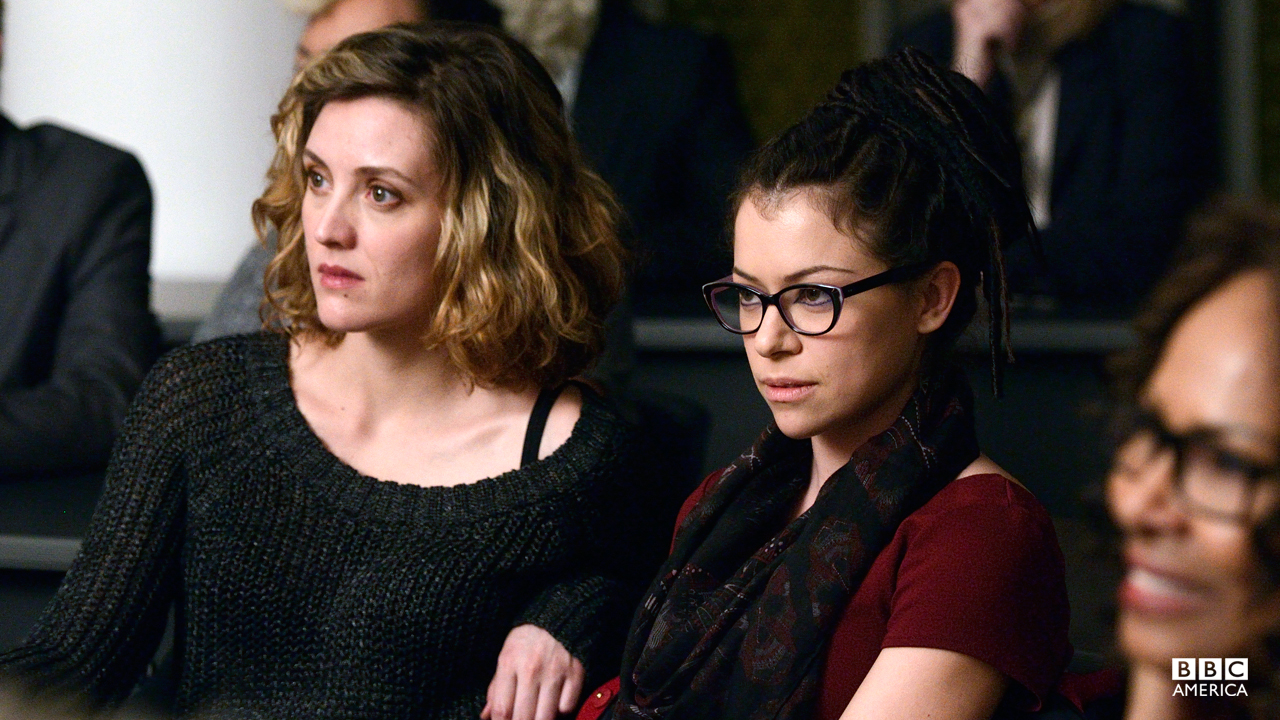 Cosima (Tatiana Maslany) and Delphine (Evelyne Brochu) attend a Neolutionist lecture.