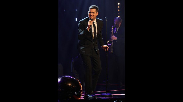 Michael Bublé melts hearts with an on-stage performance.