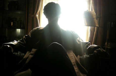Benedict Cumberbatch reclines in the sunshine, on the set of 'Sherlock' (pic from Mark Gatiss's Twitter feed)