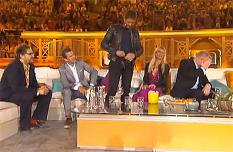 Gerard Butler loosens his belt on 'Wetten Dass'