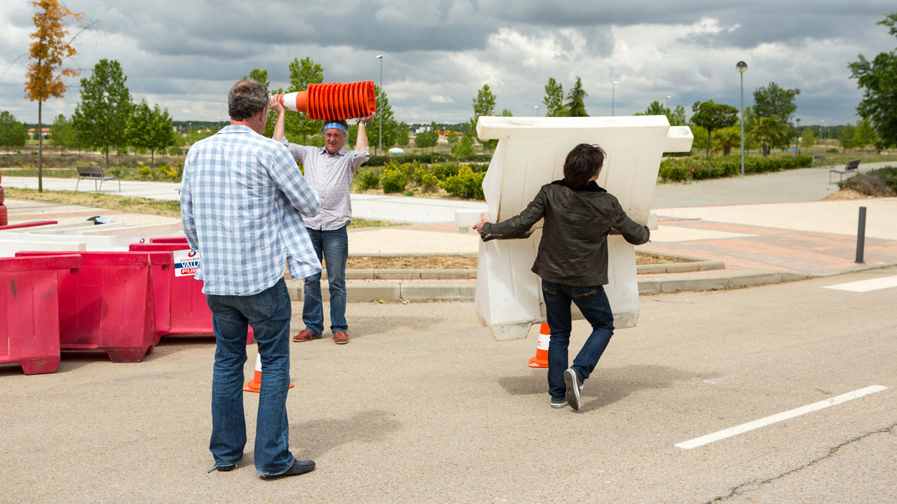 Jeremy Clarkson, James May and Richard Hammond building a race circuit in Valdeluz