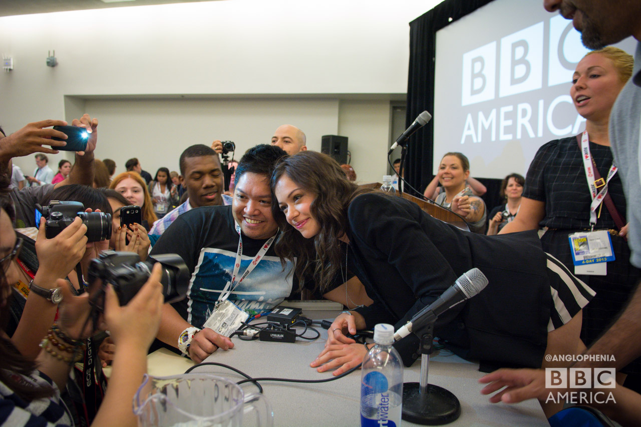 Tatiana Maslany poses with fans for a photo. (Photo: Dave Gustav Anderson)