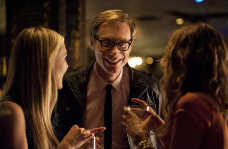 Stephen Merchant approaches two ladies in Hello Ladies. (HBO)