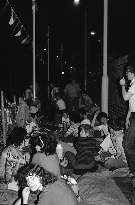 People camp out waiting for the royal wedding procession, 1981. (AP)