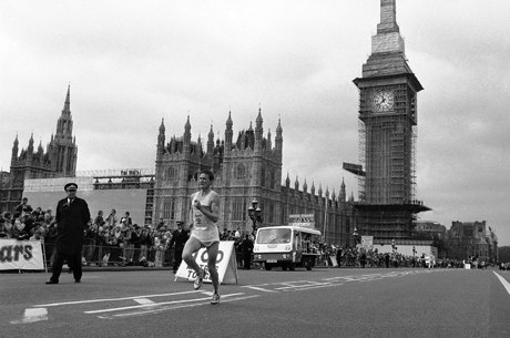 Britain's Steve Jones crosses London's Westminster bridge past the Houses of Parliament, as he approaches the finish line of the annual London Marathon on April 21, 1985. Jones won the race with a new best time for the event of two hours, eight minutes, and 16 seconds. (AP Photo/John Redman)