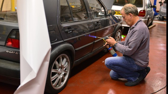 Jeremy Clarkson modifying his Volkswagen Golf GTi Mk2.