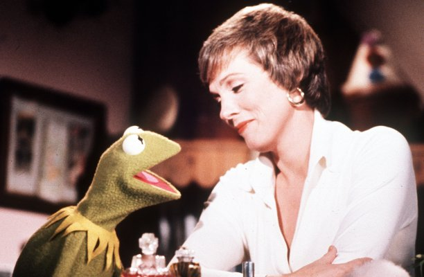 Andrews meets fellow legend Kermit the Frog while filming The Muppet Show in 1977. (AP)