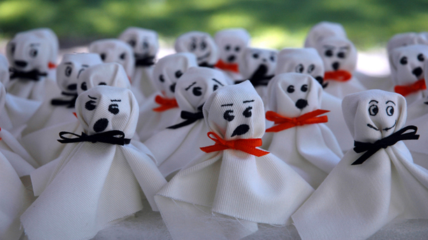 Lollipop ghost treats by Emma Rae Curtis. (Emma Rae's Halloween)