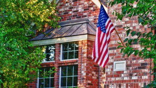 612x344_americanflag_house