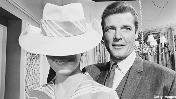 Roger Moore (right) with model Angela Fountain on the set of 'The Saint' in 1967. (Photo: Mike McKeown/Daily Express/Hulton Archive/Getty Images)
