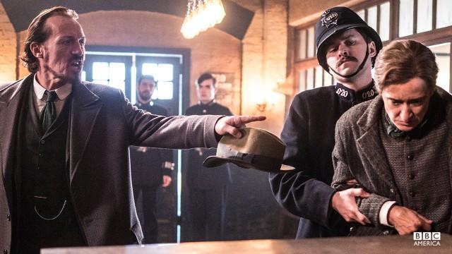 Detective Bennet Drake (Jerome Flynn).