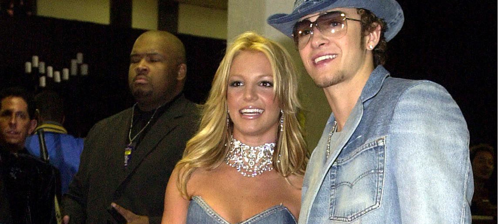 Pop star Britney Spears (l) and her boyfriend, sin