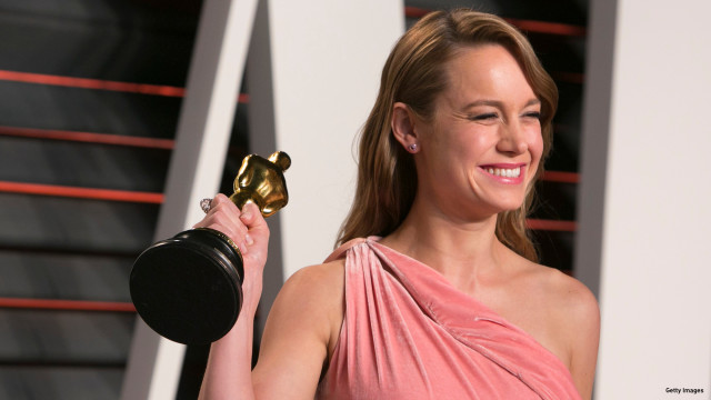 """Brie Larson holds her Oscar best actress in her role in """"Room"""" as she arrives to the 2016 Vanity Fair Oscar Party, February 28, 2016 in Beverly Hills, California. / AFP / ADRIAN SANCHEZ-GONZALEZ"""
