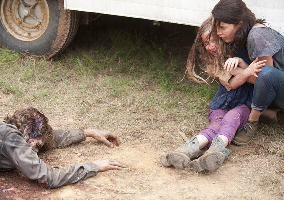 Meghan Chambler (Meyrick Murphy) and Lilly Chambler (Audrey Marie Anderson) in Episode 7 of The Walking Dead