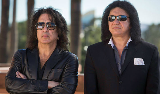 4th-and-loud-101-paul-stanley-gene-simmons-arms-560