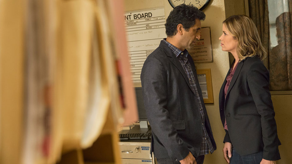 Madison Clark (Kim Dickens) y Travis Manaway (Cliff Curtis) en Episodio 1 / Photo credit: Justin Lubin/AMC