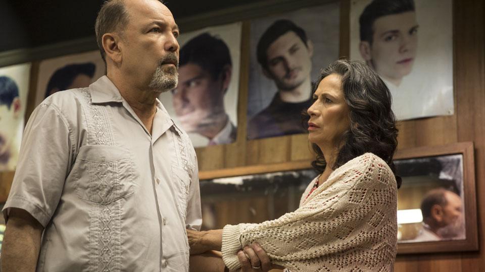 Daniel Salazar (Ruben Blades) y Griselda Salazar (Patricia Reyes Spíndola) en Episodio 2 / Photo by Justina Mintz/AMC