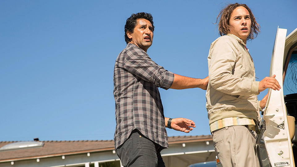 Travis Manawa (Cliff Curtis) y Nick Clark (Frank Dillane) en Episodio 2 / Photo by Justina Mintz/AMC