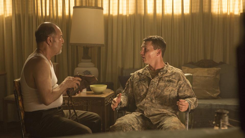 Daniel Salazar (Ruben Blades) y Corporal Andrew Adams (Shawn Hatosy) en Episodio 5 / Photo by Justina Mintz/AMC