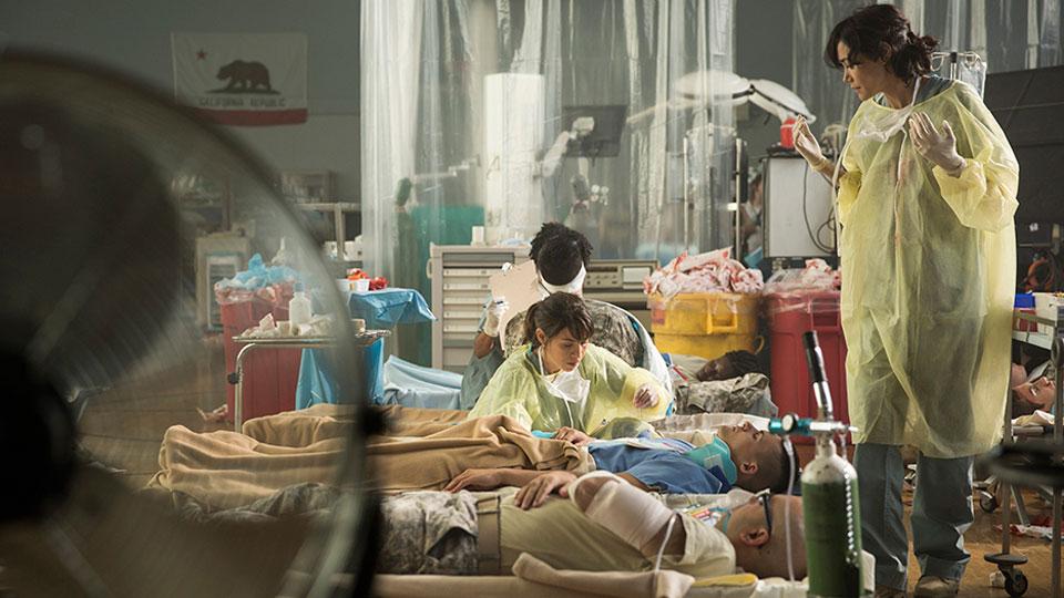 Liza Ortiz (Elizabeth Rodriguez) y Dr. Bethany Exner (Sandrine Holt) en Episodio 5 / Photo by Justina Mintz/AMC