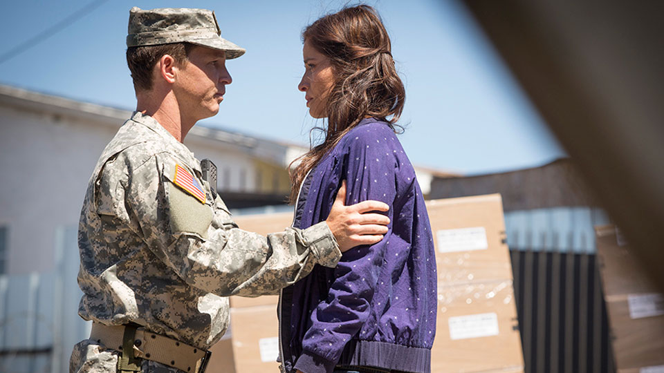 Corporal Andrew Adams (Shawn Hatosy) y Ofelia Salazar (Mercedes Mason) en Episodio 5 / Photo by Justina Mintz/AMC
