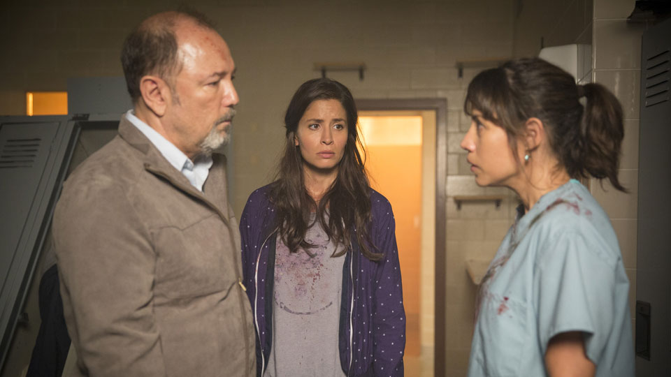 Daniel Salazar (Ruben Blades), Ofelia Salazar (Mercedes Mason)  y Liza Ortiz (Elizabeth Rodriguez) en Episodio 6 / Photo by Justina Mintz/AMC