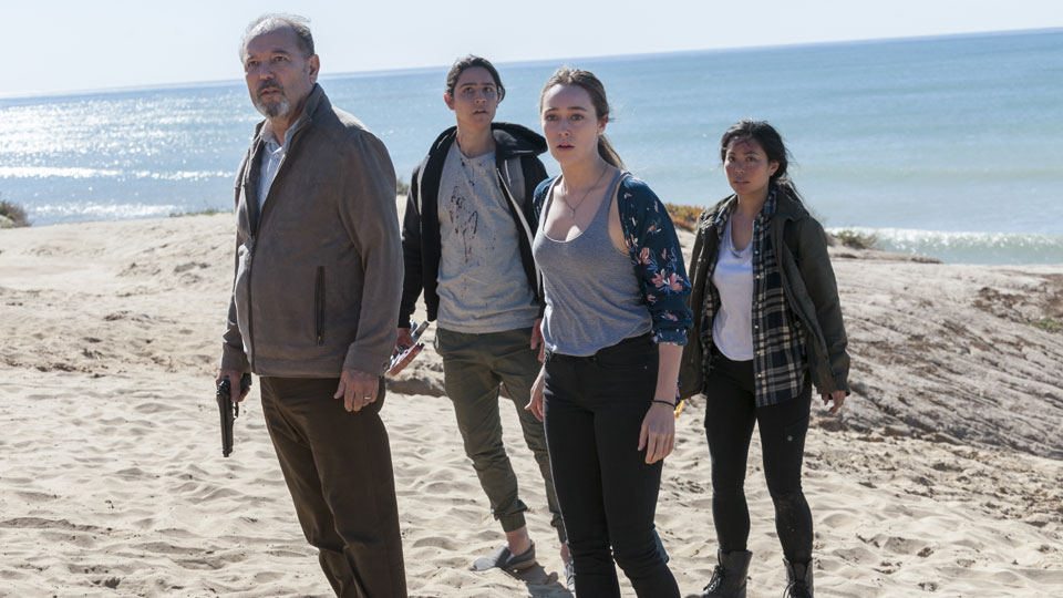 Daniel Salazar (Ruben Blades), Christopher Manawa (Lorenzo James Henrie), Alicia Clark (Alycia Debnam-Carey) y Alex (Michelle Ang) en Episodio 3 Photo by Richard Foreman/AMC