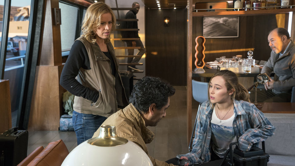 Madison Clark (Kim Dickens), Travis Manawa (Cliff Curtis) y Alicia Clark (Alycia Debnam-Carey) en Episodio 3 Photo by Richard Foreman/AMC