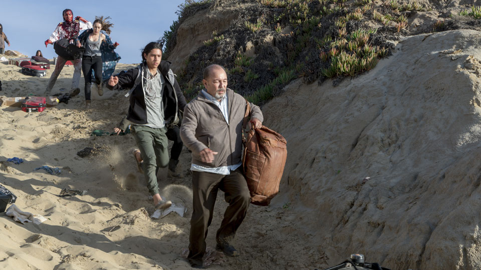 Daniel Salazar (Ruben Blades), Christopher Manawa (Lorenzo James Henrie), Alicia Clark (Alycia Debnam-Carey) y Nick Clark (Frank Dillane) en Episodio 3 Photo by Richard Foreman/AMC