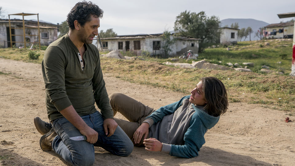Travis Manawa (Cliff Curtis) y Christopher Manawa (Lorenzo James Henrie) en Episodio 7 Photo by Richard Foreman/AMC