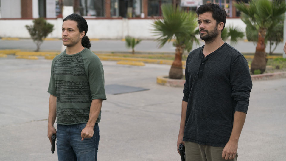 Hector (Ramses Jimenez) y Oscar Diaz (Andres Londono) en Episodio 13 Photo by Richard Foreman/AMC