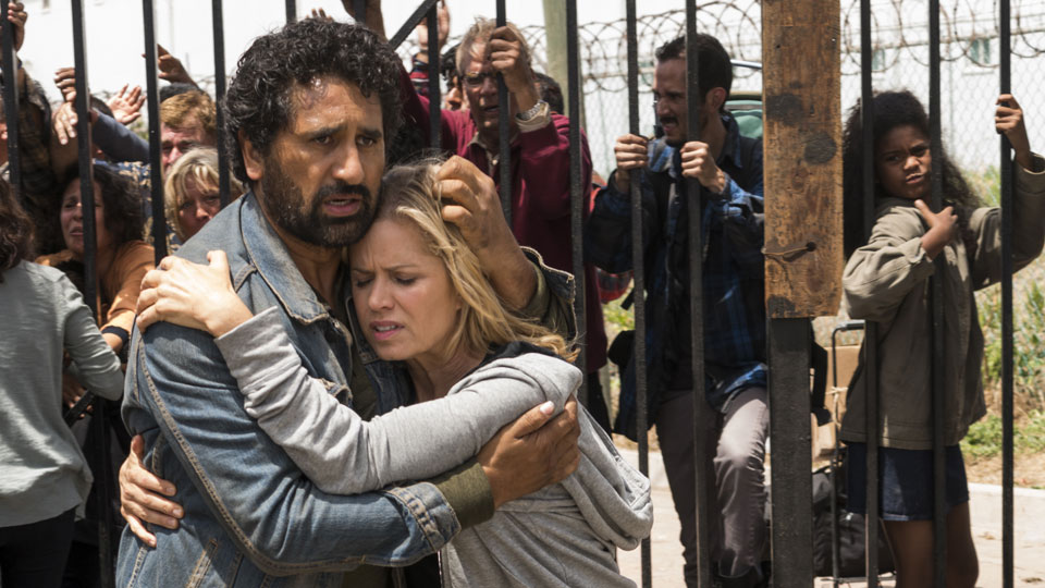 Madison Clark (Kim Dickens) y Travis Manawa (Cliff Curtis) en Episodio 13 Photo by Richard Foreman/AMC