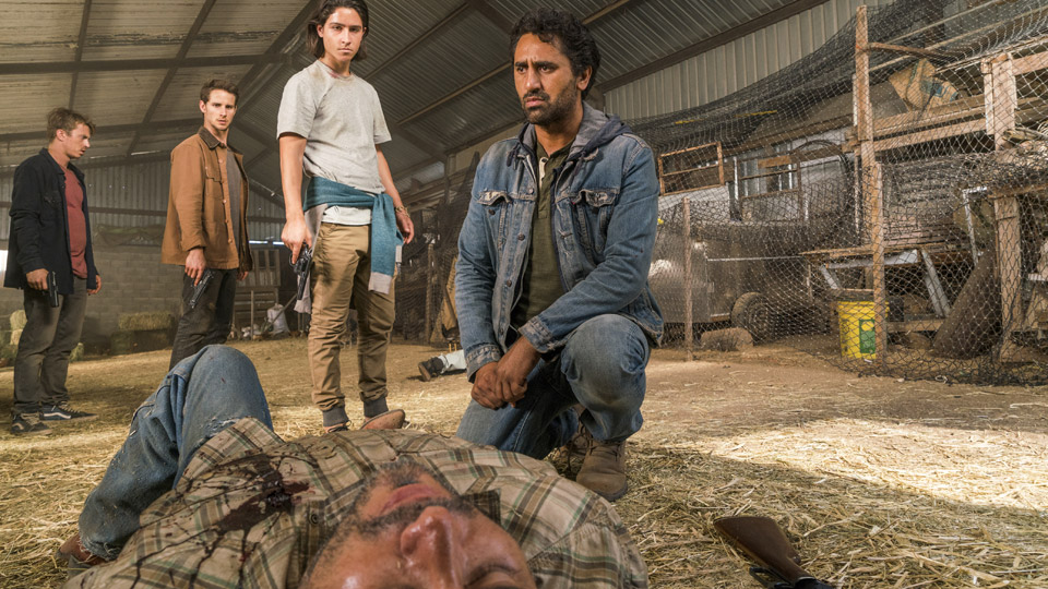 Derek (Kenny Wormald), Brandon (Kelly Blatz), Christopher Manawa (Lorenzo James Henrie) y Travis Manawa (Cliff Curtis) en Episodio 10 Photo by Richard Foreman/AMC