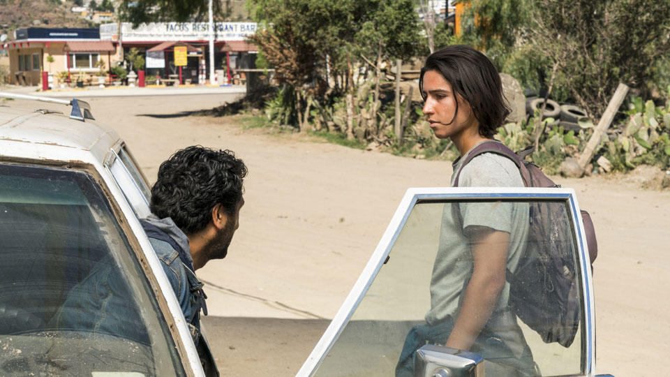 Travis Manawa (Cliff Curtis) y Christopher Manawa (Lorenzo James Henrie) en Episodio 10 Photo by Richard Foreman/AMC