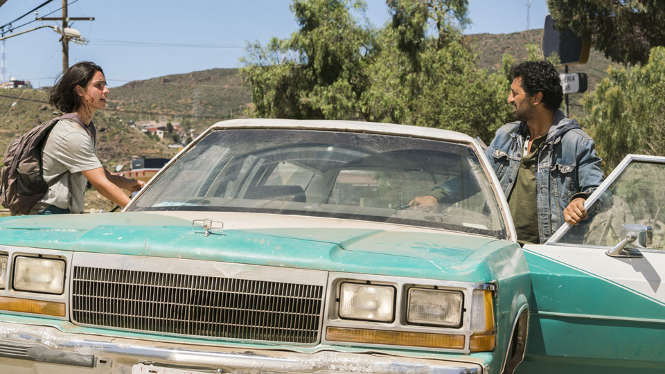 Christopher Manawa (Lorenzo James Henrie) y Travis Manawa (Cliff Curtis) en Episodio 10 Photo by Richard Foreman/AMC