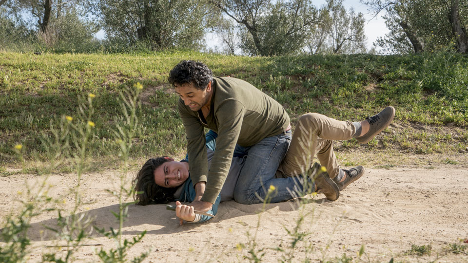 Travis Manawa (Cliff Curtis) e Christopher Manawa (Lorenzo James Henrie) no Episódio 7 Photo by Richard Foreman/AMC