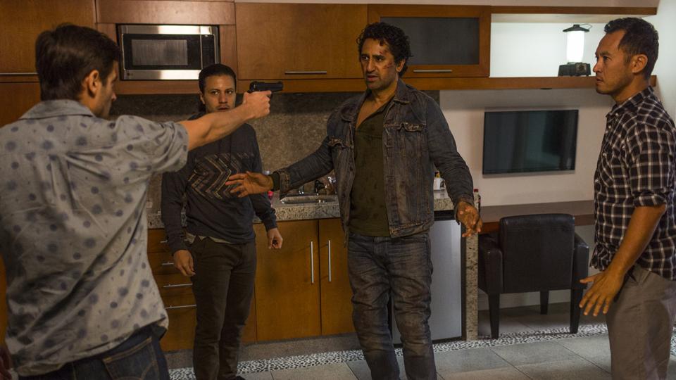 Andres Diaz (Raul Casso), Hector (Ramses Jimenez) e Travis Manawa (Cliff Curtis) no Episódio 15 Foto de Richard Foreman/AMC
