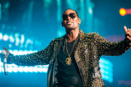 R. Kelly Sings a Sexy Song About Dolphins and Sandwiches