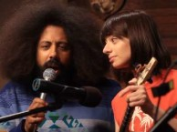 Reggie Watts creates an improvised song with the help of Garfunkel and Oates.