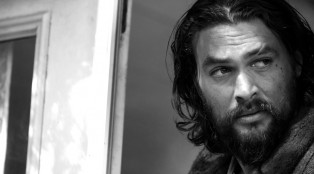 jason-momoa-the-red-road_behind-the-scenes_black-and_white_1_1000x594