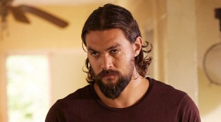 jason-momoa_theredroad_graves_202_08-700x384