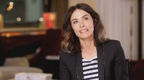 Abigail Spencer recalls her painful encounter with a wasp in Season 2.