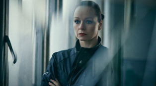 Samantha-Morton-Naomi-The-Last-Panthers-Gallery-02-800x450