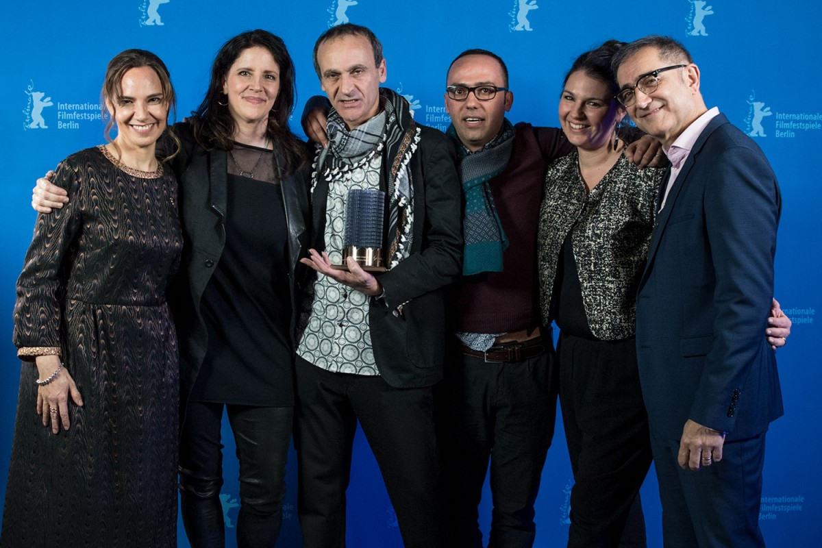 berlinale-17-ghost-hunting-raed-andoni-the-director-framed-by-his-team-and-the-jury-panoramaistiyad-ashbah-ghost-huntingglashtte-original-documentary-award