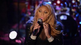 Tamar's a true pro when she sings through a broken earpiece.
