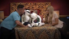 Elizabeth tries to help the couples focus on their issues in the bedroom